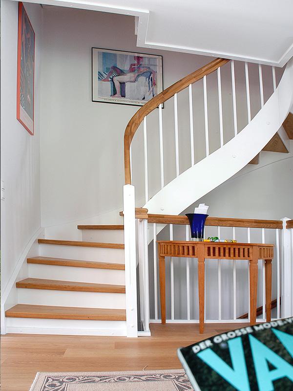 Holztreppe mit Krümmling
