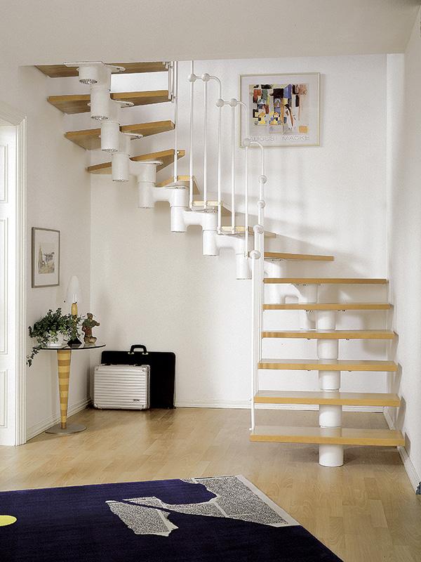 Mittelholmtreppe und Geländer weiß gepulvert