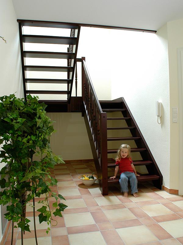 Holztreppe mit Podest